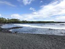 在大岛的黑沙子Punaluu海滩 免版税库存图片