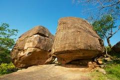 在大岩石下的古老修士凝思洞在阿努拉德普勒王国,斯里兰卡 库存图片