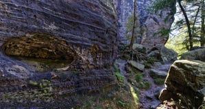 在大岩石的孔 库存照片