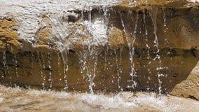 在大岩石的瀑布,当太阳是光亮的时 影视素材