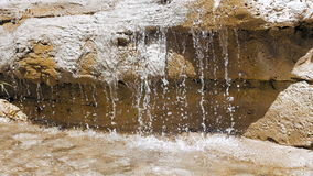 在大岩石的瀑布,当太阳是光亮的时 股票视频