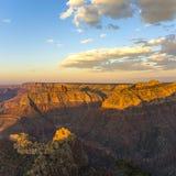 在大峡谷的五颜六色的日落 免版税图库摄影