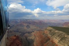 在大峡谷的直升机飞行 arizonian 图库摄影