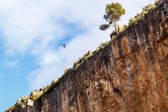 在大峭壁上的Slacklining 库存图片