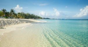 在大开曼海岛上的七英里海滩 免版税库存照片