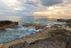 在大开曼海岛,开曼群岛上的日落 免版税库存图片