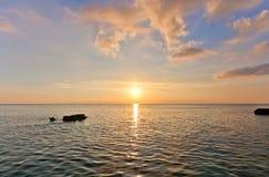 在大开曼海岛,开曼群岛上的日落 库存图片