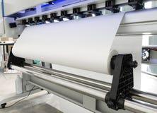 在大打印机格式喷墨机机器的白纸卷工业企业的 库存图片