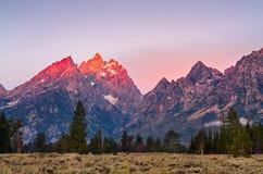 在大提顿峰的山峰日出的,美国 库存图片