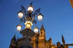 在大教堂下的街灯 库存照片