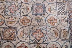 在大教堂二阿奎莱亚里面的标志马赛克 库存照片