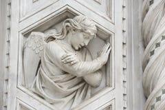 在大教堂佛罗伦萨大理石门面的天使  免版税库存图片