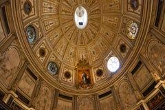 在大教堂内部的美丽的圆顶在塞维利亚 库存图片