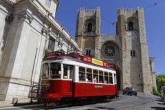 在大教堂前面的旅游电车轨道 库存照片