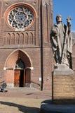 在大教堂前面的雕象 库存图片