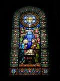 在大教堂在蒙特塞拉特修道院,卡塔龙尼亚,西班牙的彩色玻璃窗 库存图片