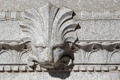 在大教堂墙壁上的狮子顶头雕塑 库存图片