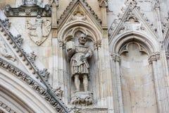 在大教堂墙壁上的被雕刻的石骑士 免版税库存照片