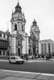在大教堂大教堂前面的城市生活广场市长的 免版税库存图片