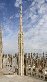 在大教堂屋顶,米兰,意大利的大理石石峰 免版税库存图片