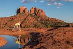 在大教堂岩石的瑜伽实践 免版税库存照片