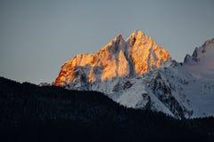 在大教堂峰顶的Alpenglow, Haines阿拉斯加 库存照片
