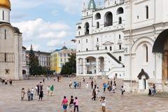 在大教堂正方形的假定钟楼在莫斯科克里姆林宫 免版税库存图片