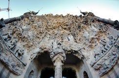 在大教堂的外部的雕塑 免版税库存照片