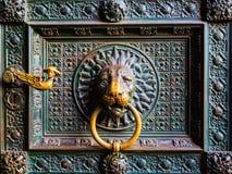 在大教堂的狮子顶头通道门环在科隆Koln,德国 库存图片