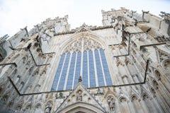在大教堂的被恢复的石窗口 库存图片