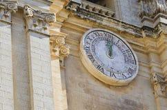 在大教堂的门面的大时钟 免版税库存照片