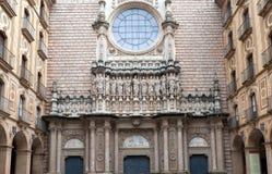 在大教堂的门面的宗教雕塑 图库摄影