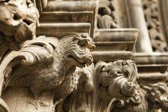 在大教堂的龙面貌古怪的人 免版税库存照片
