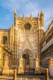 在大教堂门户的看法在塞维利亚-西班牙 库存图片