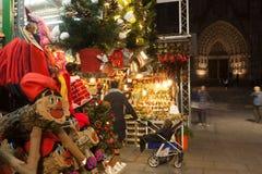 在大教堂附近的传统圣诞节市场。巴塞罗那 库存图片