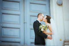 在大教堂附近的婚姻的步行 库存照片