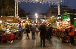 在大教堂附近的Hristmas市场在夜 巴塞罗那 免版税库存图片