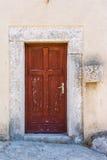 在大教堂Bea的边的老古老被破坏的被佩带的被腐蚀的红色门 图库摄影