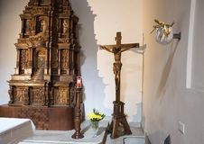 在大教堂di圣诞老人Caterina,加拉蒂纳,意大利里面的木scupture INRI 免版税库存图片