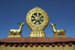 在大昭寺寺庙屋顶的Dharmachakra  库存照片