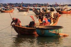 在大木小船的老人风帆乘小圆的蓝色小船 免版税库存图片