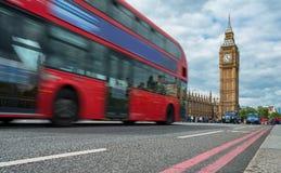 在大本钟前面的红色公共汽车 免版税库存照片