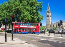 在大本钟前面的红色双层汽车 伦敦英国 免版税图库摄影