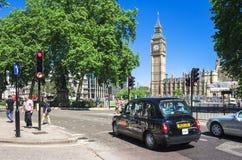 在大本钟前面的黑出租车 伦敦英国 库存图片