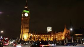 在大本钟塔附近的交通在伦敦 股票录像