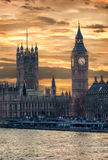 在大本钟的金黄日落在伦敦 库存图片