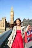 在大本钟附近的伦敦妇女旅游购物袋 库存照片