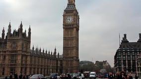 在大本钟附近的公路交通在伦敦,英国 股票录像