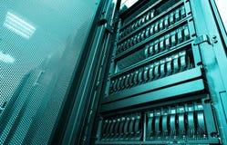 在大机架服务器上的底视图有多个硬盘的在现代数据中心 免版税库存照片