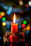 在大气光的红色圣诞节蜡烛 库存照片